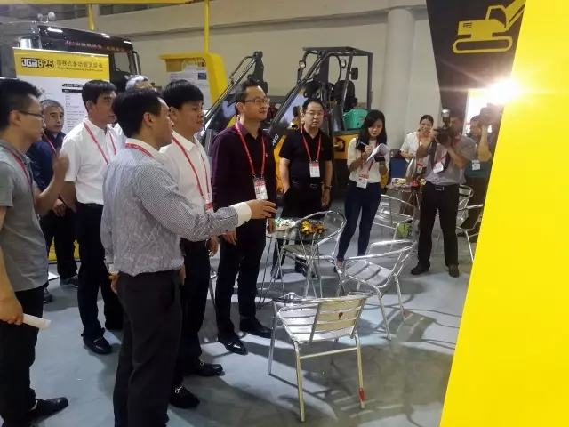 The Mayor of Jinjiang City and his delegation visited the JINGONG exhibition hall